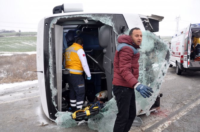 Karda kayan midibüs devrildi: 6 yaralı
