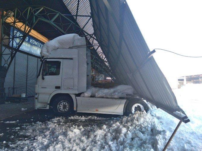 Rize'de Aşırı Kar Nedeniyle Meyve-sebze Halinin Çatısı Çöktü