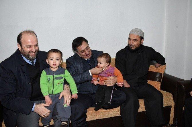 Mağarada Yaşayan Suriyeli Aileye Yardım Eli Uzatıldı