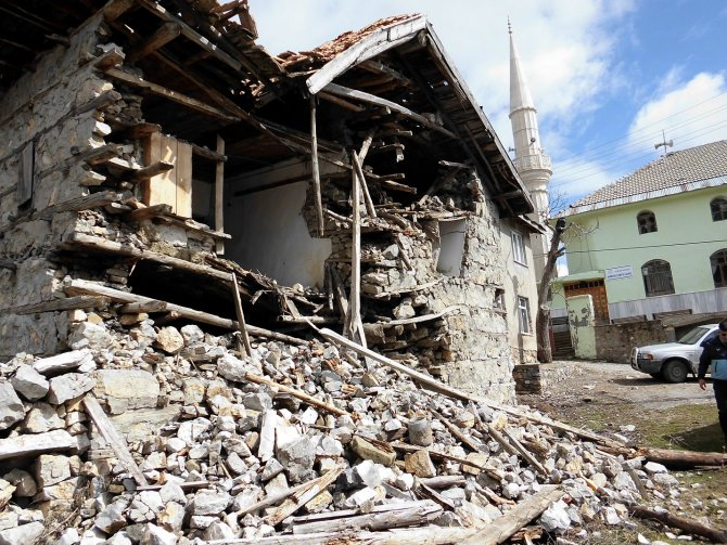 Seydişehir'de harabe evlerin yıkımına başlandı
