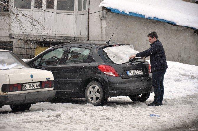 Soğuklara Karşı Arabalar Naylonla Korunuyor