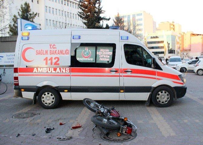 Motosikletle Otomobil Çarpıştı: 2 Yaralı