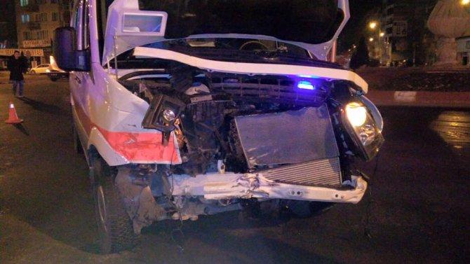 Kalp krizi geçiren hastayı taşıyan ambulans kaza yaptı