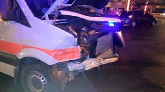 Ambulans İle Ticari Araç Çarpıştı: 1 Yaralı