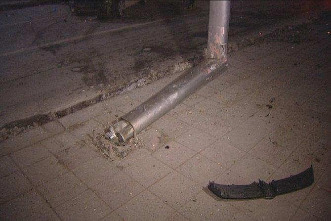Otomobilin çarptığı direk bükülmesine rağmen devrilmedi