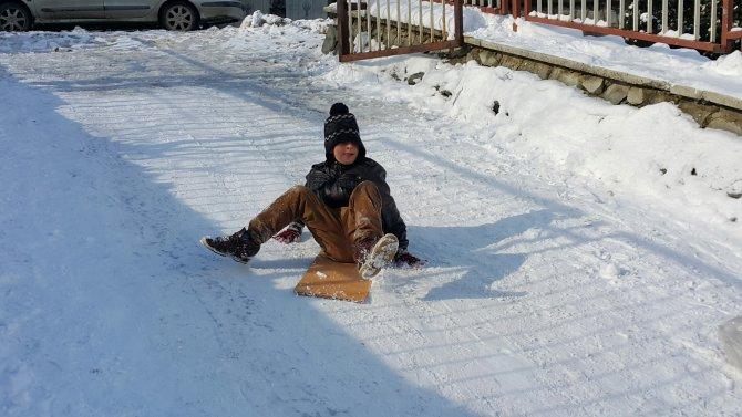 Artvin'de çocuklar buzu eğlenceye dönüştürdü