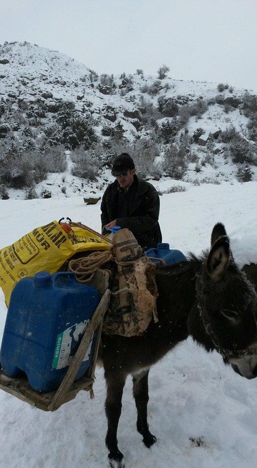 Karlı havada eşek sırtında su taşıma çilesi