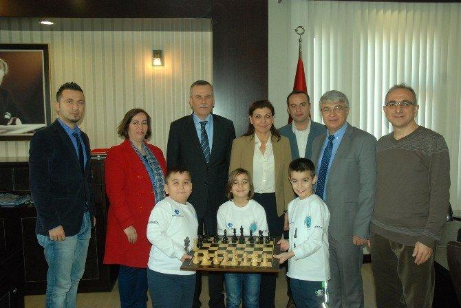 Minik Satranççılardan Kaymakam'a Satranç Takımı