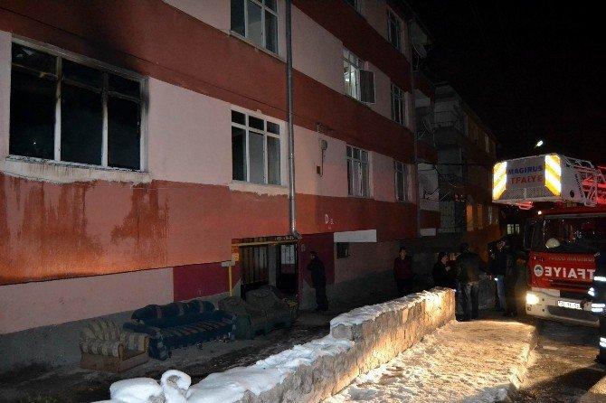 3 Katlı Apartmanın 1. Katında Çıkan Yangın Paniğe Neden Oldu