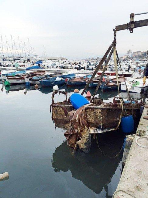 Batık Tekneler Tehlike Arz Ediyor