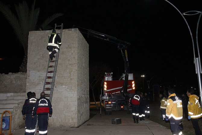 Kulenin içine düşen genci kurtarmak için duvarı kırdılar