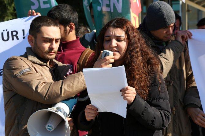 Tutuklu arkadaşlarına adliye önünde destek verdiler