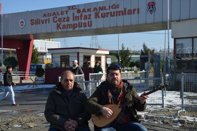 Cezaevi önünde türkülü umut nöbeti
