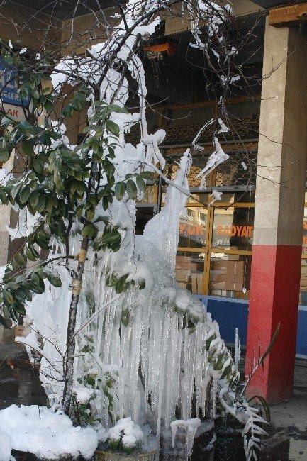 Buz Sarkıtları İnsan Boyunu Geçti