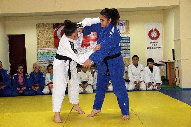 İşitme Engelli 42 Yaşındaki Kadın Judocu Başarıdan Başarıya Koşuyor
