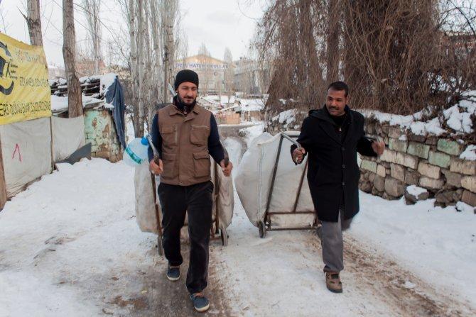Çöpten kağıt toplayan işçi, 10 yıldır atanamayan öğretmen çıktı