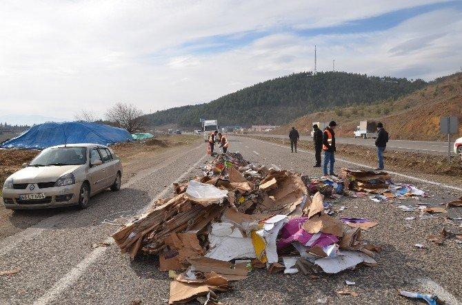 Yola Düşen Atık Kağıt Balyaları Trafiği Aksattı
