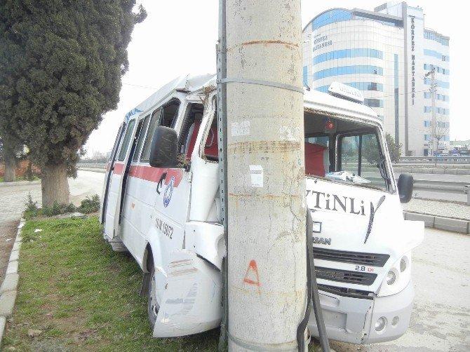Yolcu Minibüsü Önce Ağaca, Sonra Direğe Çarptı: 3 Yaralı