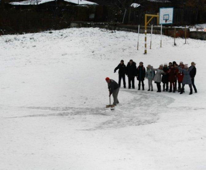 Rusya'da bir hademe, kar üstüne çizdiği harika resimlerle çocukları sevindiriyor