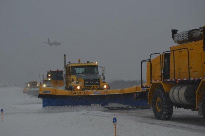 Washington havaalanında kar yağsa da uçuşların yüzde 90'nı aksamıyor
