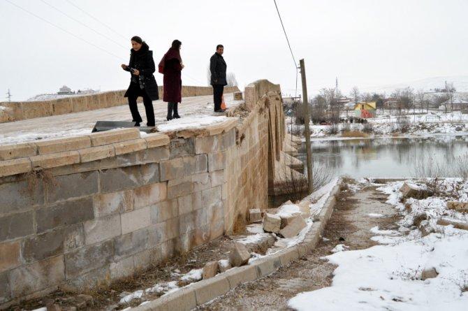 Tarihi Şahruh Köprüsü'ne zarar-onarım incelemesi
