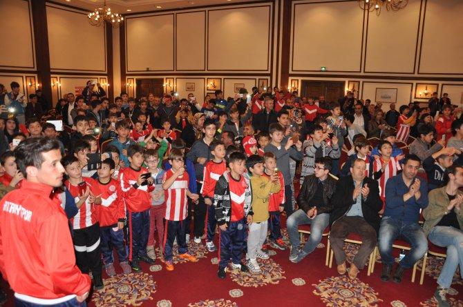 Antalyasporlu futbolcular, futbol okulu öğrencileriyle buluştu