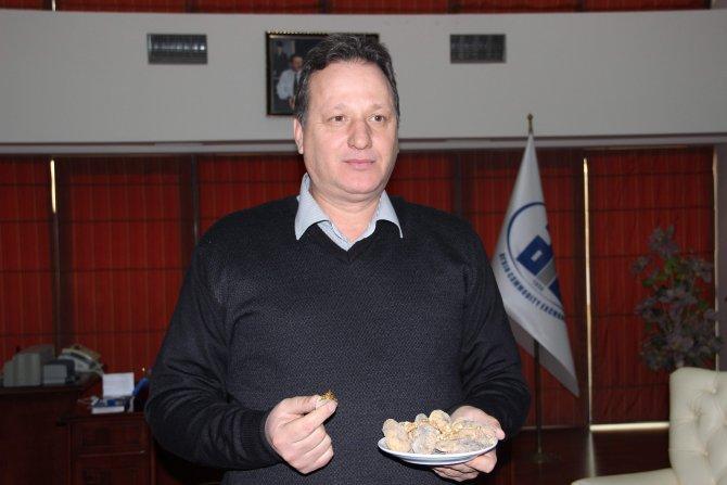 Ticaret Borsası Başkanı, kuru incir yiyerek basın açıklaması yaptı