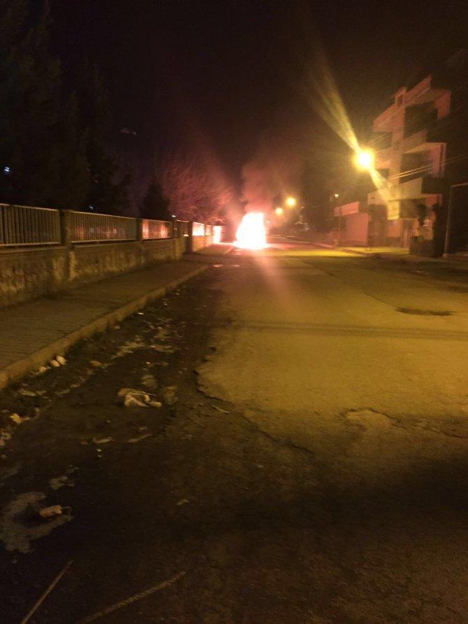 Batman'da park halindeki ambulans alev alev yandı