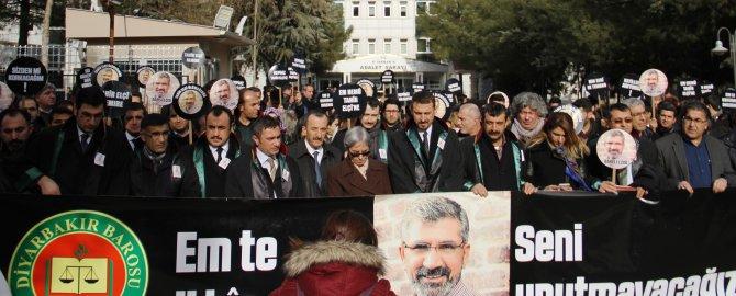 Baro başkanları Tahir Elçi için oturma eylemi yaptı