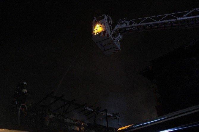 Fatih'te Bir Vakıfa Ait Tarihi Binada Yangın Çıktı
