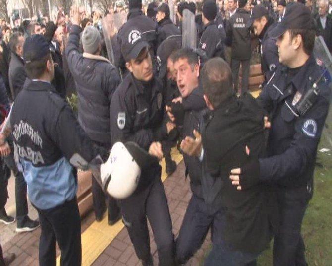 Otobüs şoförleri ücretsiz taşımaya isyan ederek belediyeyi bastı