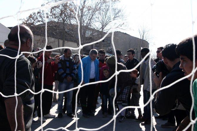 'Galatasaray' formalı mülteciler, IOC Başkanı Bach ile futbol oynadı