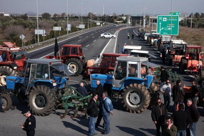 Yunan çiftçinin öfkesi dinmiyor: Atina havalimanı otobanını kapattılar