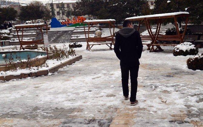 Buzlu Kaldırımlarda Yürürken Dikkat