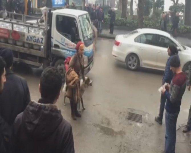 Köpeklerin kavgasını tekme atarak, köpeğin yüzüne basarak ayırdılar