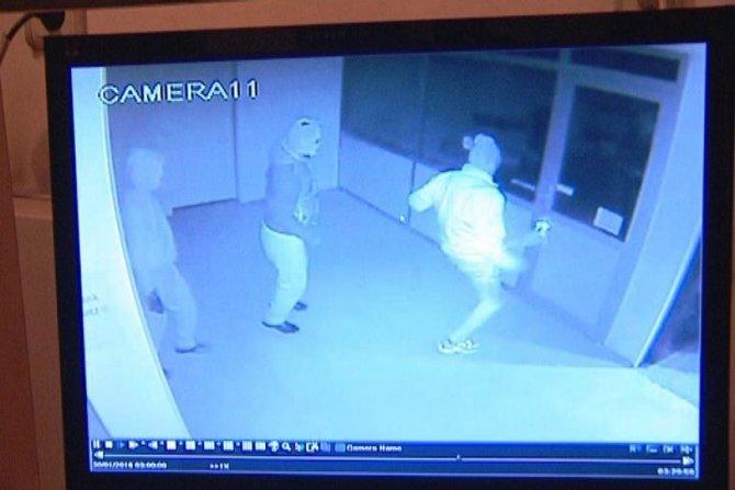 Giyim mağazasındaki kasa soygunu güvenlik kamerasında