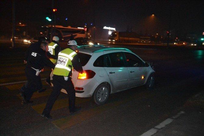 Otobüsün Altına Giren Otomobili Polis Bile Ayıramadı