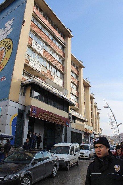 Erzurum'da Çatılardan Düşen Buz, Tehlike Saçıyor