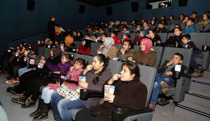 Lise Öğrencileri Yetim Çocuklarını Sinemaya Götürdü