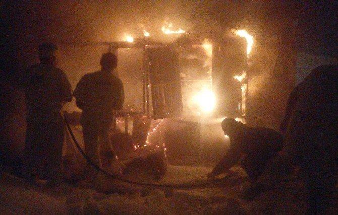 Yanan Ekmek Fırınını Karla Söndürdüler