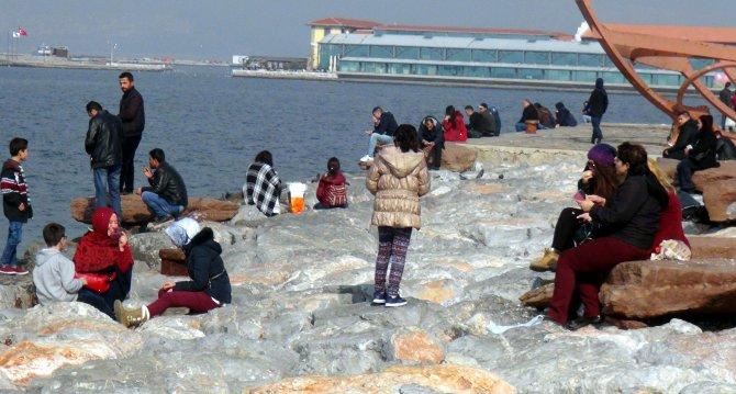 İzmirliler bahar havasında kendilerini dışarıya attı