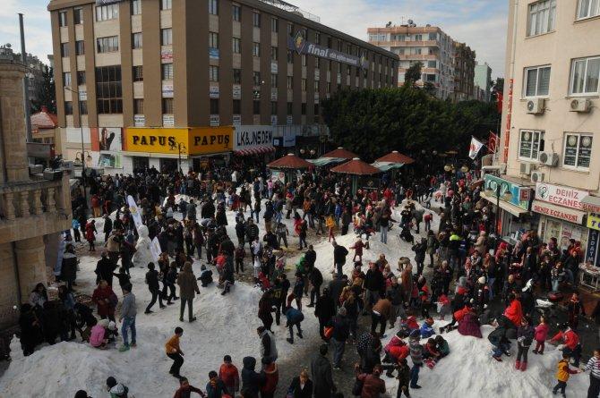 Şehir merkezine getirilen 60 kamyon karla eğlendiler