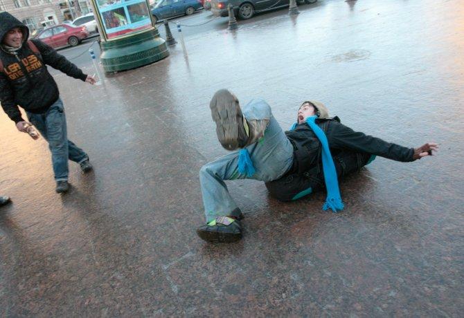 """Moskova'nın """"buz tutan kaldırım taşları"""" tartışma konusu oldu"""