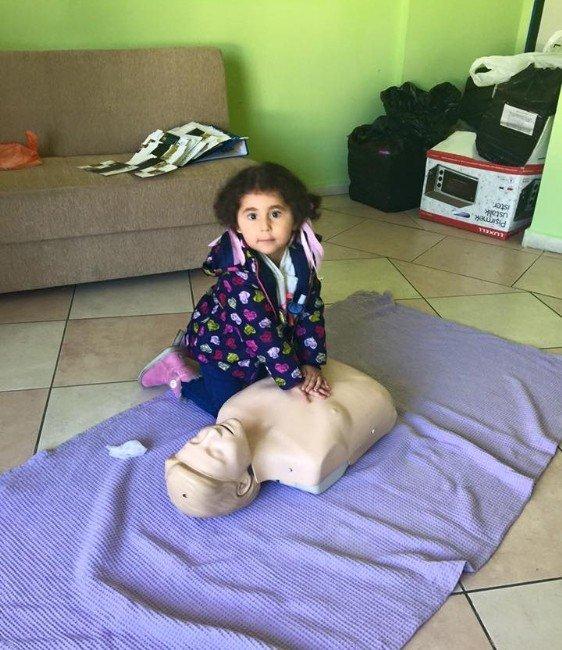 Minik Elif'in İlk Yardım Müdahalesi Parmak Isırttı