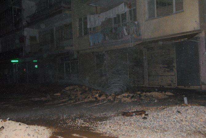Gece yarısı boru patladı, mahalle su baskını tehlikesi atlattı