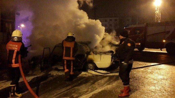 Başkent'te Park Halindeki 2 Otomobil Kundaklandı