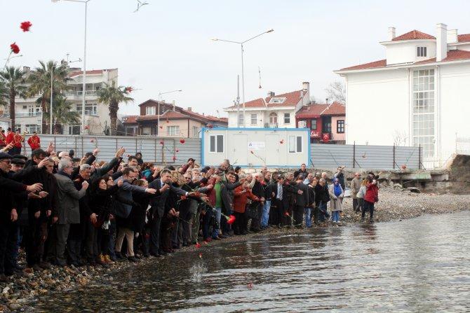 Mübadiller bando eşliğinde denize karanfil bıraktı