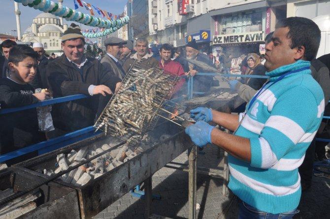 Esenler'de vatandaşa 5 ton hamsi ikram edildi