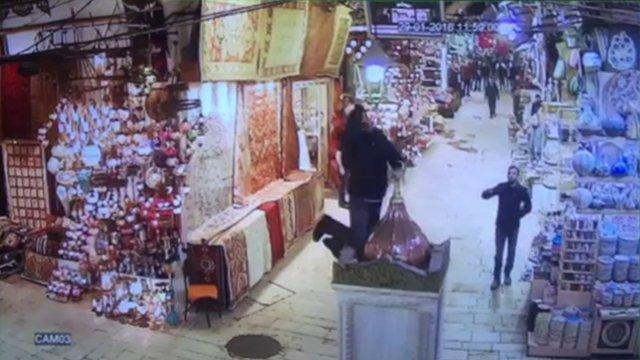 Mısır Çarşısı'nda silahlı şahıs paniği kamerada