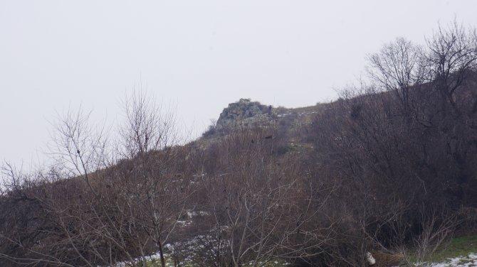 Kayalıklardaki örgütsel materyal ve çanta polisi alarma geçirdi